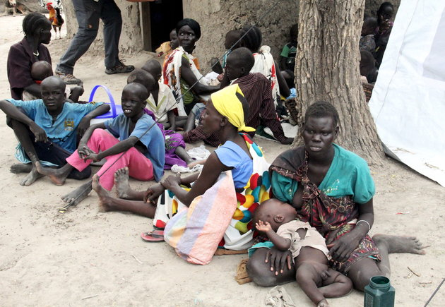 Residents displaced due to the recent fighting between government and rebel forces in the Upper Nile capital Malakal wait at a World Food Program (WFP) outpost where thousands have taken shelter in Kuernyang Payam, South Sudan May 2, 2015. REUTERS/Denis Dumo     TEMPLATE OUT