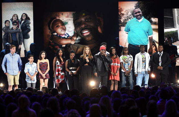 INGLEWOOD, CA - JULY 31:  Actress Jessica Alba and recording artist Ne-Yo (C) speak out against gun violence with victims and victims' families of gun violence attacks onstage during Teen Choice Awards 2016 at The Forum on July 31, 2016 in Inglewood, California.  (Photo by Kevin Winter/Getty Images)